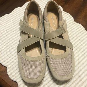 Naturalizer cream Velcro shoes size 9